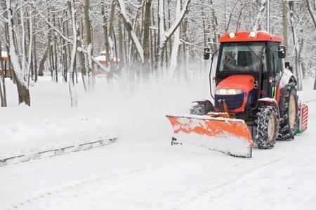 Schneeräumung im Winter ein kleiner Traktor in den Park Standard-Bild - 11887834
