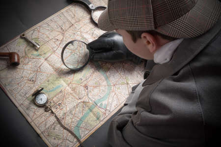 Detective man- magnifying glass, map of London, clock on chain Foto de archivo