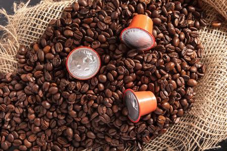 café de grano en cilicio con cápsula de café