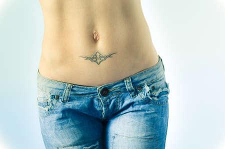 ombligo: Estómago Mujer con tatuaje en pantalones vaqueros