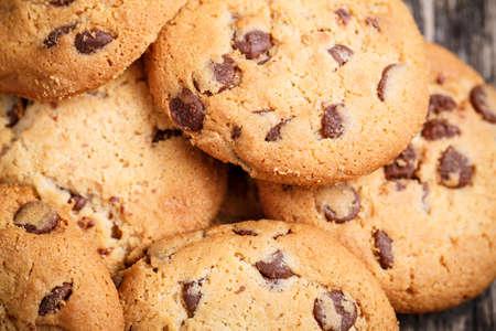 chocolate cookie: Galletas sabrosas en una mesa de madera. Foto de archivo