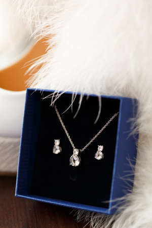 white fur: Brides necklace with earrings in gift box and white fur.