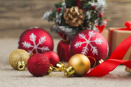 cajas navideñas: Bolas de Navidad con el árbol de Navidad en una mesa