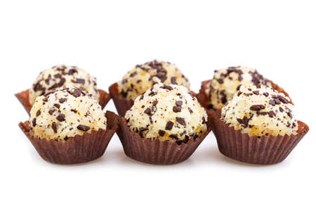 truffe blanche: bonbons truffiers Végétarien isolé sur fond blanc. Banque d'images