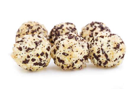 truffe blanche: bonbons truffiers V�g�tarien isol� sur fond blanc. Banque d'images