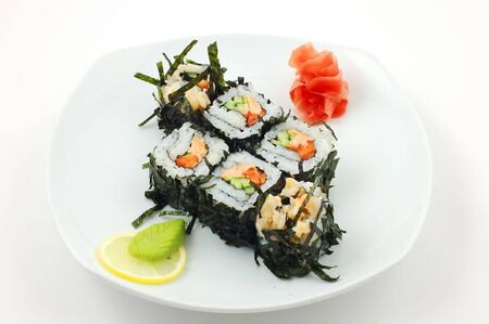 Fermer traditionnels sushis japonais color�es sur un fond blanc Banque d'images