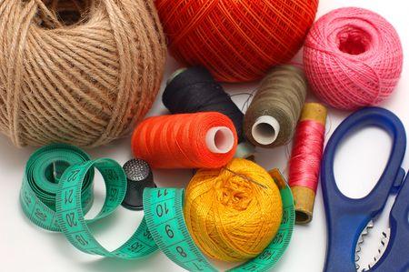 Aiguille de threads et les ciseaux pr�s sur un fond blanc