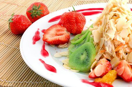 Salade de fruits et baies gros plan sur une serviette en paille