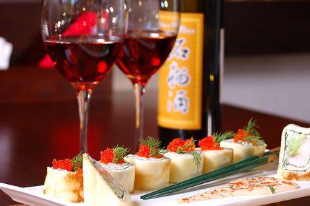 sake: sushi con vino tinto sobre una mesa en el restaurante  Foto de archivo