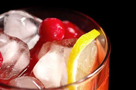 Boisson rafra�chissant avec la glace et un citron dans un verre sur fond noir