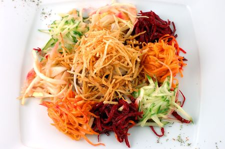 Salade de l�gumes frais, gros plan sur un plat blanc