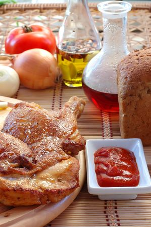 Poulet r�ti avec sauce sur une table � manger fermer