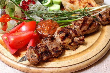 Shish kebab sur un support en bois avec des l�gumes et �pices Banque d'images