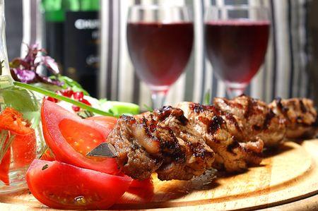 Kebab shish sur un support en bois avec des l�gumes et �pices