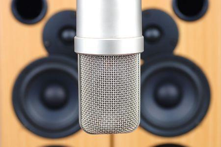 Microphone dans son studio sur un fond de syst�mes acoustiques