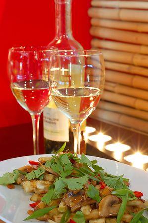 Blanc vin au restaurant avec salade sur fond rouge