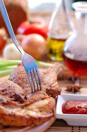 pollo rostizado: Pollo asado con salsa en una mesa de comedor close up