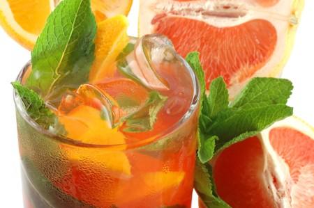 Cocktail fra�che avec un orange, menthe et un pamplemousse sur un fond blanc
