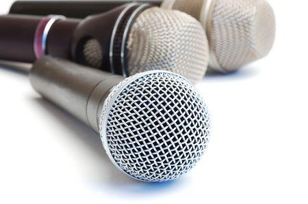 Microphones pittoresques modernes sur un fond blanc Banque d'images