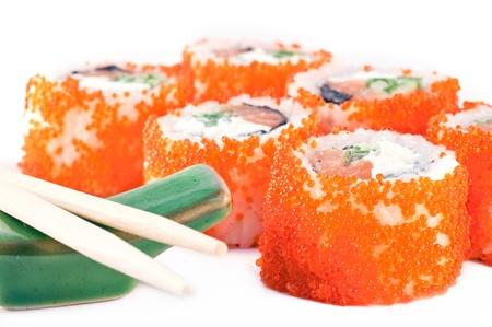 Sushi avec caviar rouge et les chinois b�tons close up.