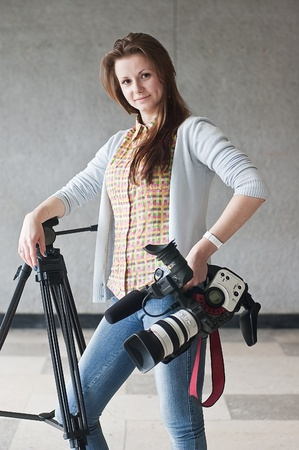 Portrait de la jeune fille de la journaliste avec une cam�ra vid�o avec une vue directe Banque d'images