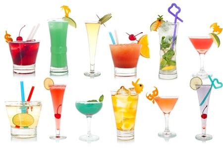 cocteles de frutas: Amplia variedad de c�cteles extravagante sobre un fondo blanco