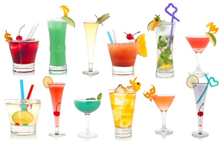 coktails: Vasto assortimento di cocktail bizzarro su sfondo bianco