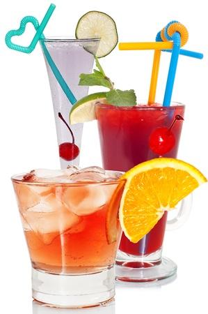 Divers, cocktails lumineuses sur un fond blanc, gros plan.