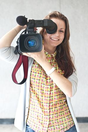 La femme du journaliste avec une cam�ra vid�o dirig�e vers un objectif de la photographe