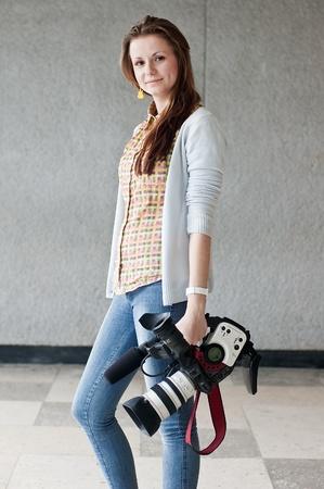 La femme du journaliste avec une cam�ra vid�o professionnelle et un soutien