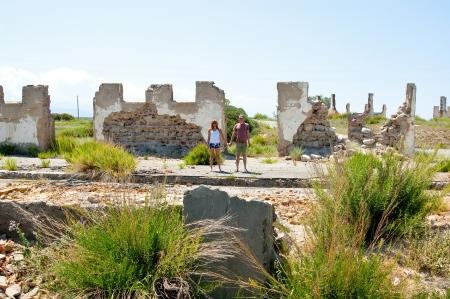 Les jeunes hommes conservent les mains sur les ruines de l'immeuble d�truit sur des fragments de murs