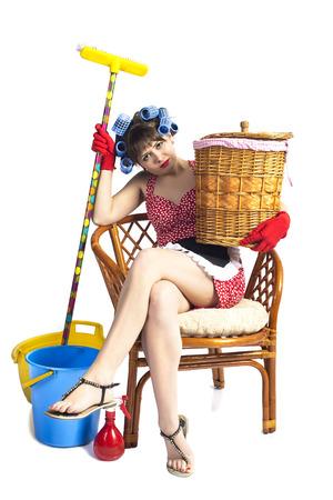 La femme au foyer fatigu� avec des outils sur un fond blanc Banque d'images