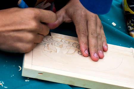tallado en madera: El cuchillo en manos de la talla en madera maestro