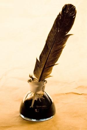 pluma de escribir antigua: Botella de pluma y tinta aislado en fondo de papel Foto de archivo