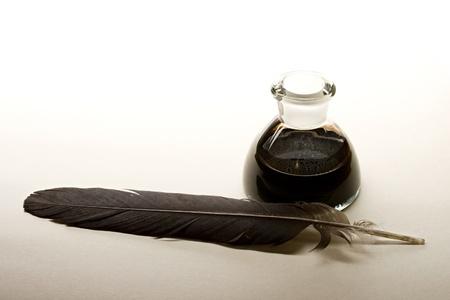 pluma de escribir antigua: Botella de pluma y tinta aislado en fondo de papel