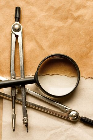 glas: Pair of compasses and magnifying glas