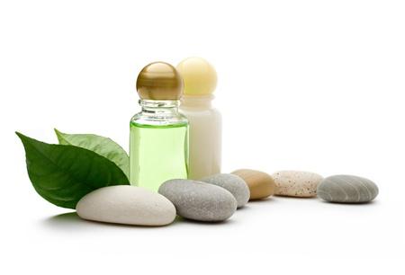 massage huile: Pierres et des bouteilles sur le fond blanc