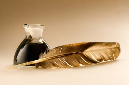pluma de escribir antigua: Una pluma con la botella llena de tinta Foto de archivo