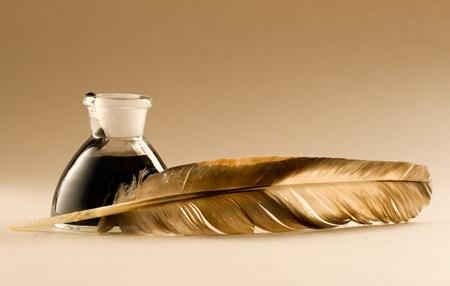 Una pluma con la botella llena de tinta
