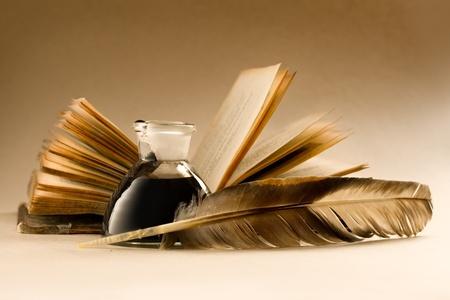 Un vecchio libro con una piuma e il calamaio pieno di inchiostro Archivio Fotografico - 11292940