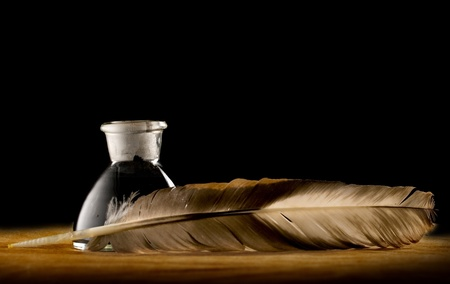 pluma de escribir antigua: Una pluma con la botella de tinta
