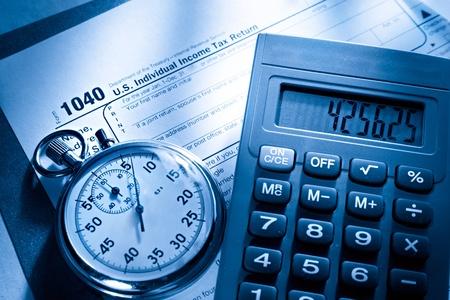rendement: Belasting formulier, stopwatch en rekenmachine Stockfoto