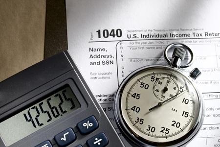 Tax forma, cronometro e calcolatrice Archivio Fotografico