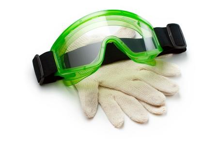 protección personal: Gafas verdes con guantes de protecci�n Foto de archivo