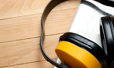 serrucho: Serrucho y seguridad auriculares Foto de archivo