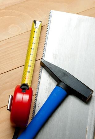 serrucho: Serrucho, martillo y cinta m�trica Foto de archivo