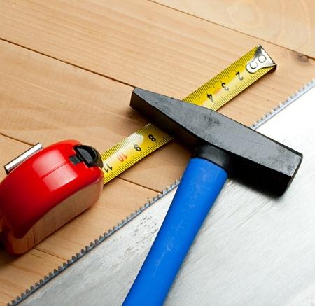 serrucho: Serrucho, cinta m�trica y un martillo