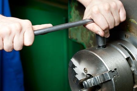 maquinaria pesada: Regulador de Torno con las manos Foto de archivo