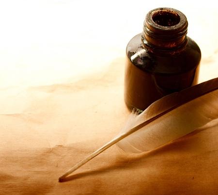 pluma de escribir antigua: Pluma y tintero sobre el papel Foto de archivo