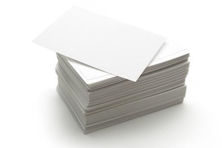 in a pile: Pila de tarjetas de papel blanco
